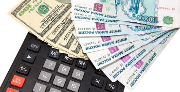 Dollars and roubles against the calculator, converting, investments